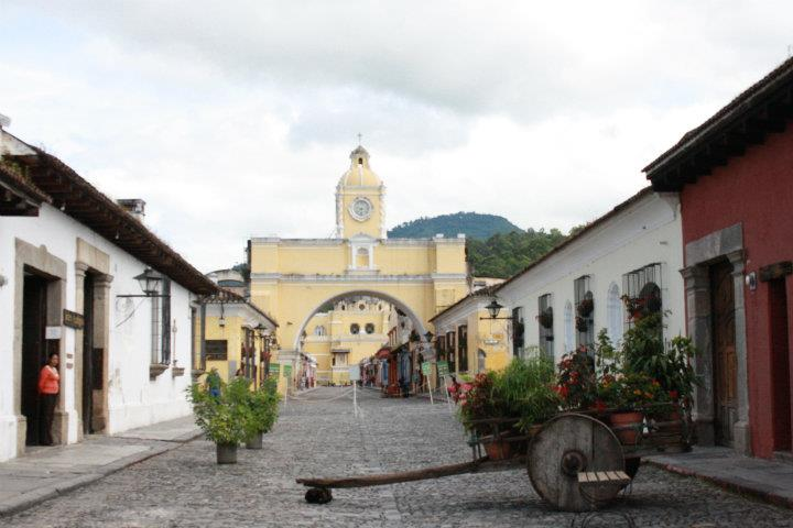 Antigua_Guatemala._Calle_del_Arco_de_Santa_Catalina